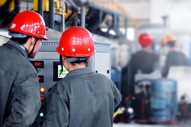 电力工人在监测设备