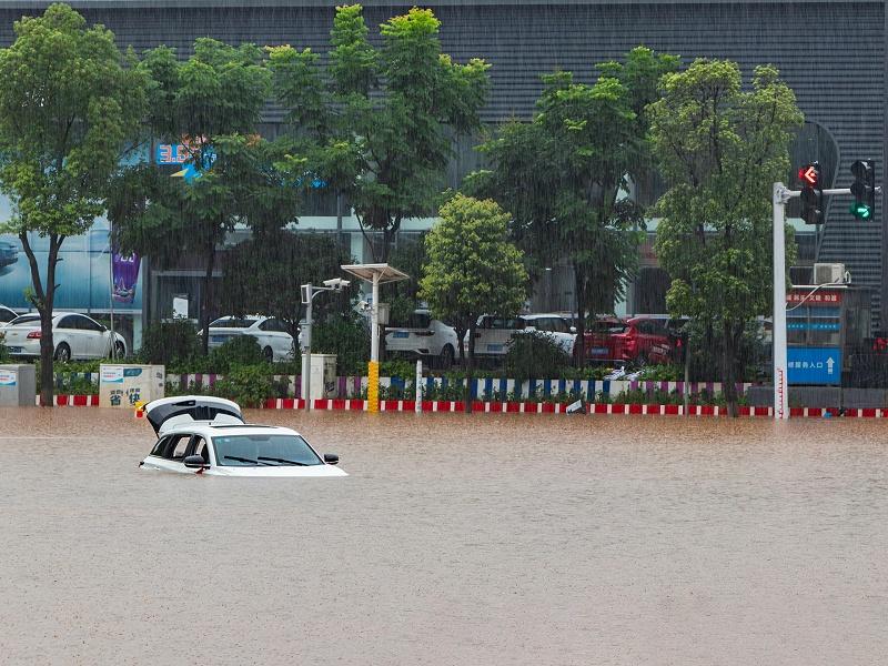城市暴雨造成城市街道内涝