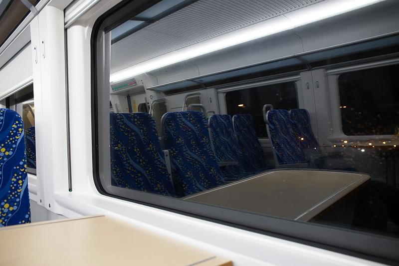 近年来,高铁车的车窗安装多以粘接结构为主