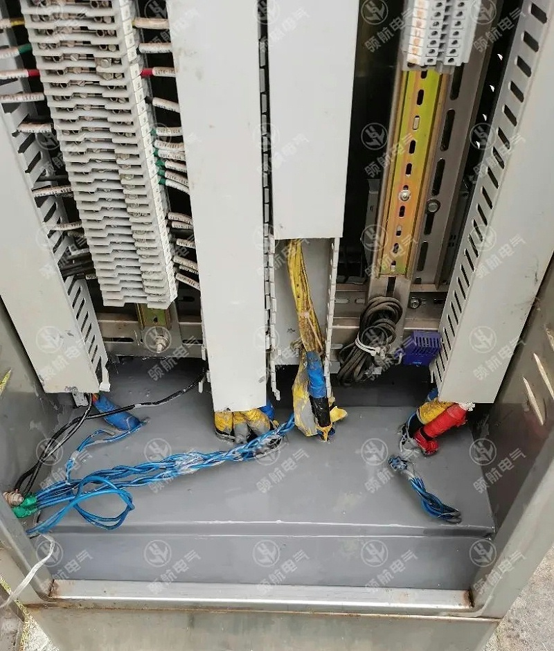 端子箱内部使用防潮封堵剂完成防潮封堵