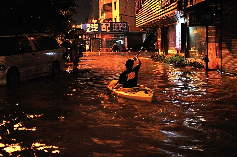 珠海大雨,一市民乘皮划艇出行