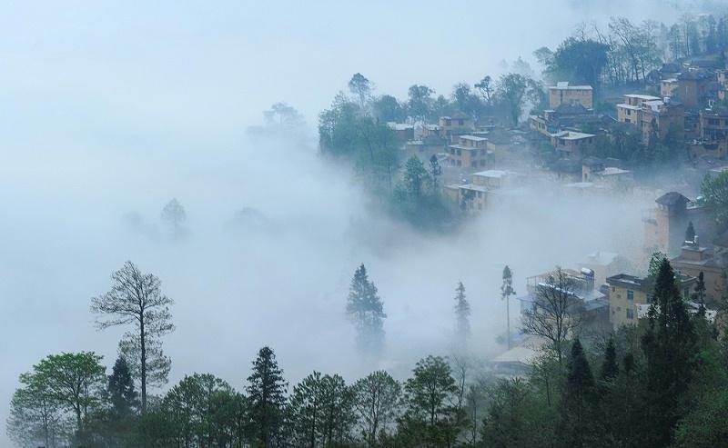 冷暖交替易产生雾气,从而生成潮气