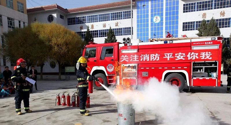 消防战士正在对设备进行消防演练