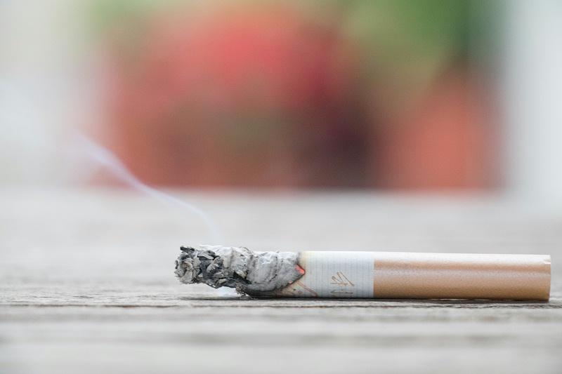 正在燃烧着的香烟,它也是气溶胶的一部分
