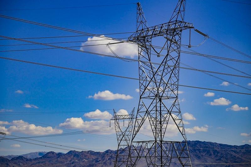 只要靠近高压线一定距离就有可能放电
