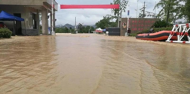 7月7日,歙县二中高考考点门前受暴雨影响,无法进入
