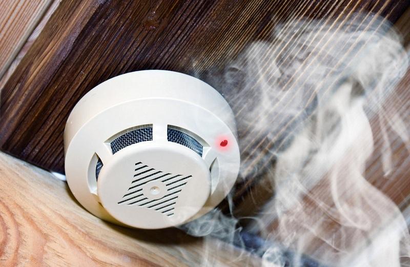 正在工作中的烟雾探测器
