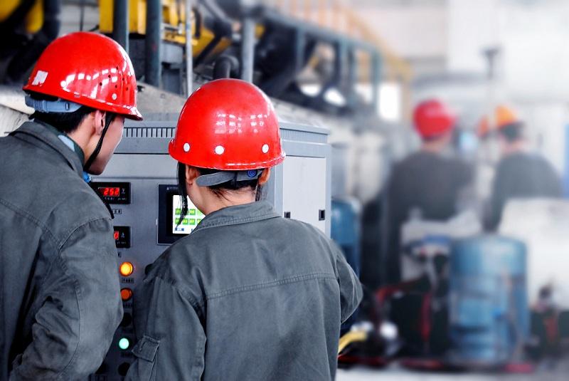 重化工企业人员正在操作电气设备