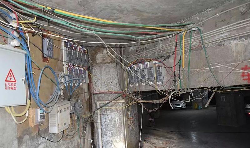 电气设备导线包裹不完善,且陈旧不堪,存在火灾隐患
