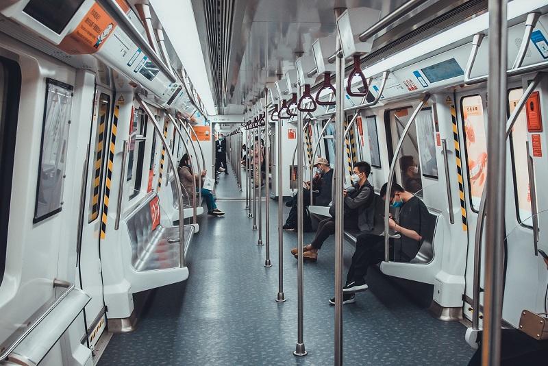 疫情期间的深圳地铁,与往日相比冷清不少
