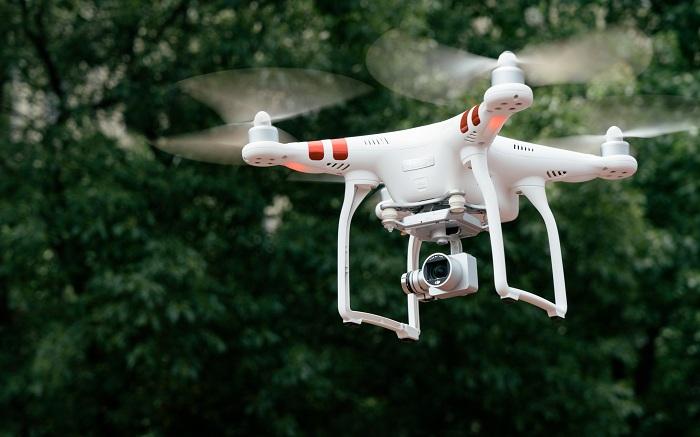 飞行中的无人机