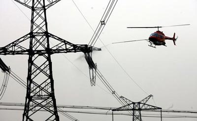 2006年,我国第一次使用直升飞机进行绝缘子带电清洗