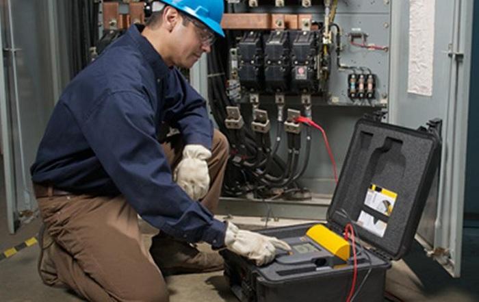 电工在做绝缘电阻测试