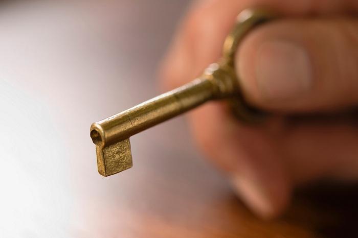 目前电力设备的箱体柜体普遍仍是传统旧锁