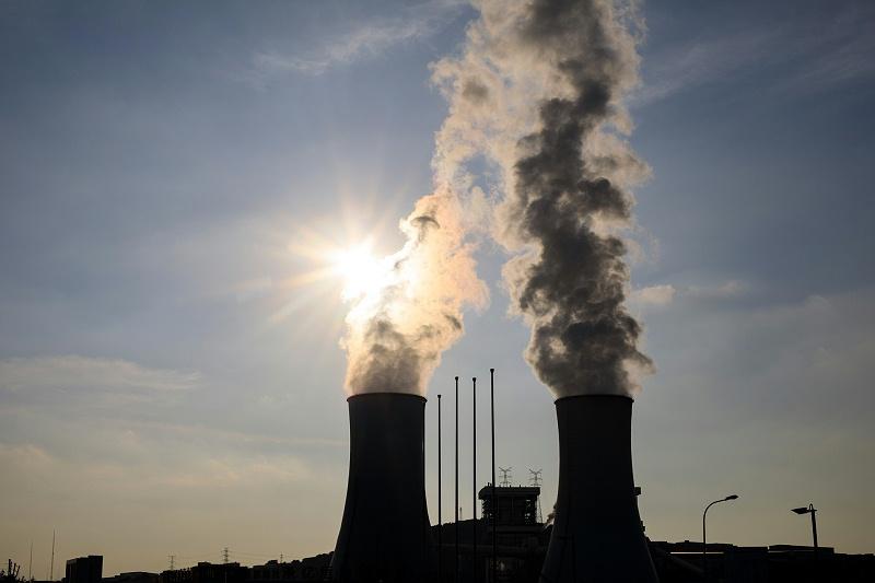 正在排放气体的工业化烟囱