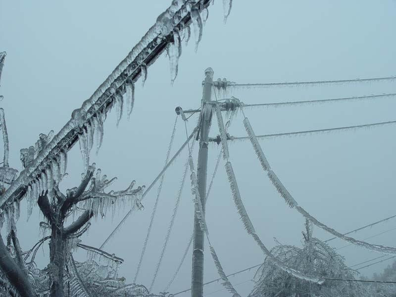沾满冰层的电缆线路
