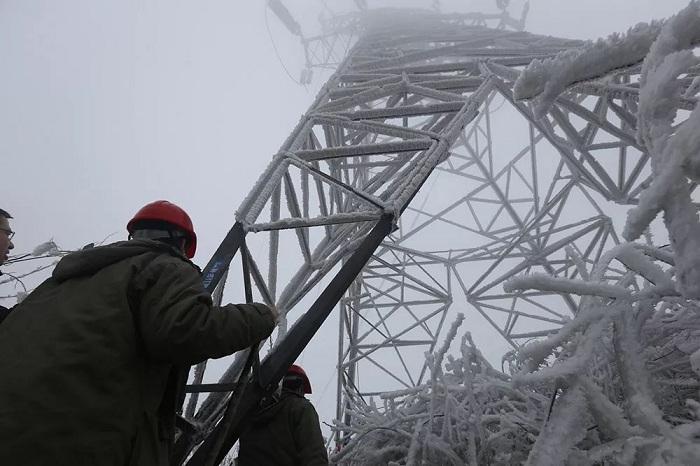 电力工作人员准备为电缆线路去冰