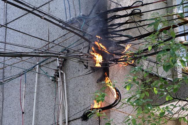 某小区墙外发生电缆火灾